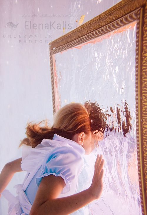 Through the looking glass by elena kalis underwater - Housse de coussin 65 65 ...