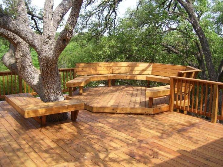Sitzbank auf einem großen Balkon mit integriertem Baum