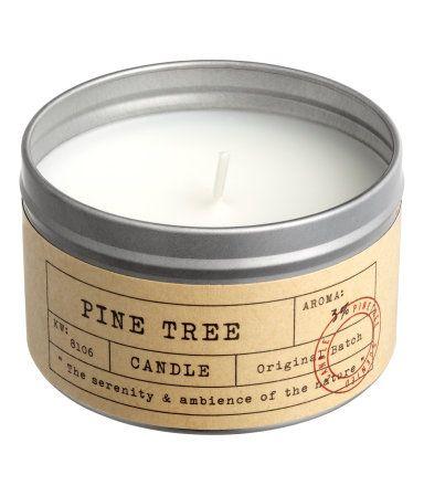Zilverkleurig/Pine tree. Een geurkaars in een metalen houder met een papieren etiket. Hoogte 5 cm, diameter 8 cm. 12 branduren.