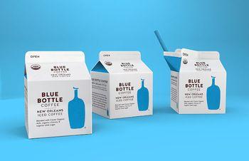 人気「BLUE BOTTLE COFFEE」のアイスコーヒーのパック。BLUE BOTTLE COFFEEらしいシンプルでキレイなデザインがおしゃれ。キーカラーのブルーも好感が持てる色合い。
