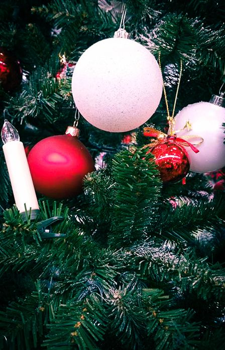 Rockige Weihnachtslieder. Eine Liste der 25 besten Rocksongs zu Weihnachten. Die perfekte Atmosphäre in der Weihnachtszeit - da gehört natürlich auch die richtige Musik dazu. Oft kommen die Liebhaber von Rockmusik dabei zu kurz. In dieser Liste findet ihr tolle Rocksongs für den Advent. Weihnachtssongs mal in einer ganz anderen Art :) #weihnachtslieder #weihnachten #musik #rocksongs #gitarre
