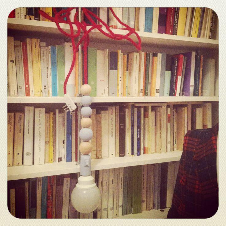 DIY LAMP. Lampada con palline di legno dipinte, portalampada con interruttore e filo e elettrico ricoperto con tubolare tricotinato.