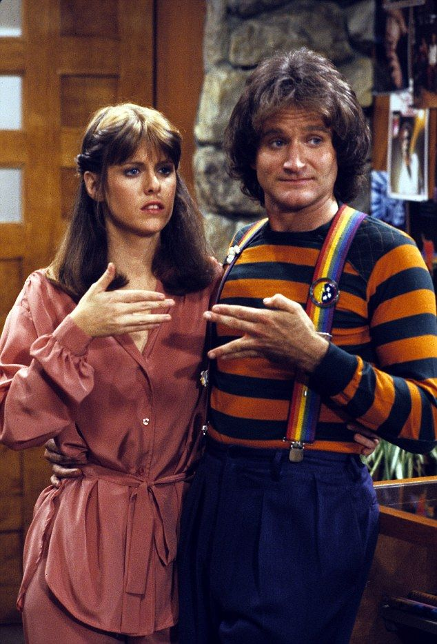 pam dawber mork and mindy | Mindy, played by Pam Dawber, and Mork, played by Williams in the first ...