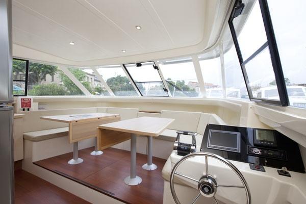 El puesto de pilotaje interior. Una visibilidad muy buena para que navegues sin complicaciones.