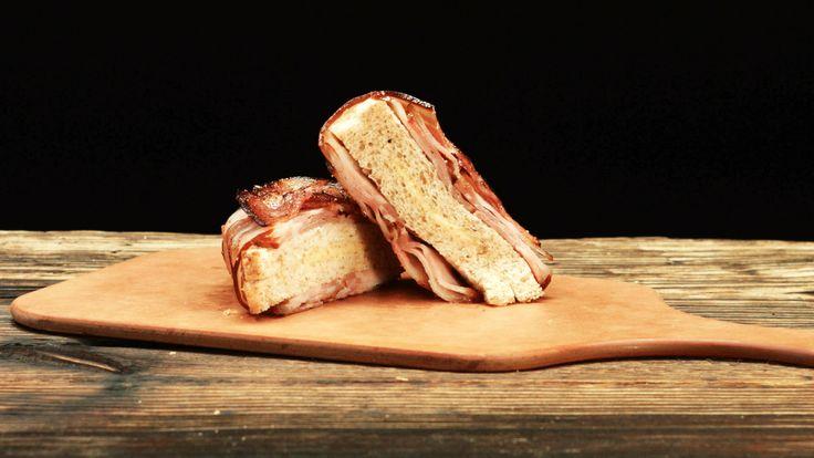 Bacon-Käse-Toast: Geschmolzener Käse, fluffiges Toastbrot und knusprig, krosser Bacon – das klingt mal nach einem richtig geilen Frühstück!