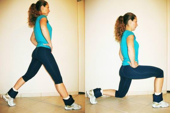 4) Em pé, mantenha as pernas levemente afastadas na mesma direção dos ombros e uma na frente da outra. Flexione e estenda os dois joelhos de modo que o de trás desça até o nível do tornozelo sem tocar o chão e o da frente não pode ultrapassar a ponta dos pés. Repita 15 vezes e repita com a outra perna.