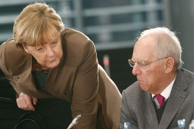 DUITSLAND: De Duitse bondskanselier Angela Merkel heeft opnieuw aan populariteit gewonnen in haar land. Populistisch rechts boert achteruit. Dat moet tenminste blijken uit twee nieuwe opiniepeilingen. De verschuivingen zouden te maken hebben met de daling van het aantal asielaanvragen.