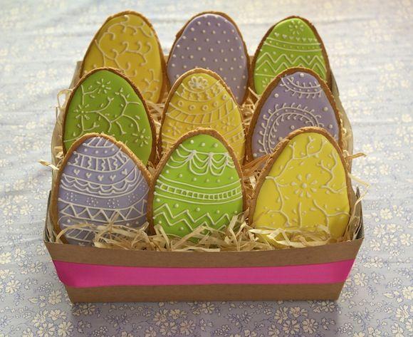 Pour fêter Pâques, voici un tutoriel en vidéo pour apprendre à glacer des sablés Œufs de Pâques coloré avec du glaçage royal pour obtenir de jolis décors colorés. Technique du remplissage au glaçage royal et règle des 10 secondes.