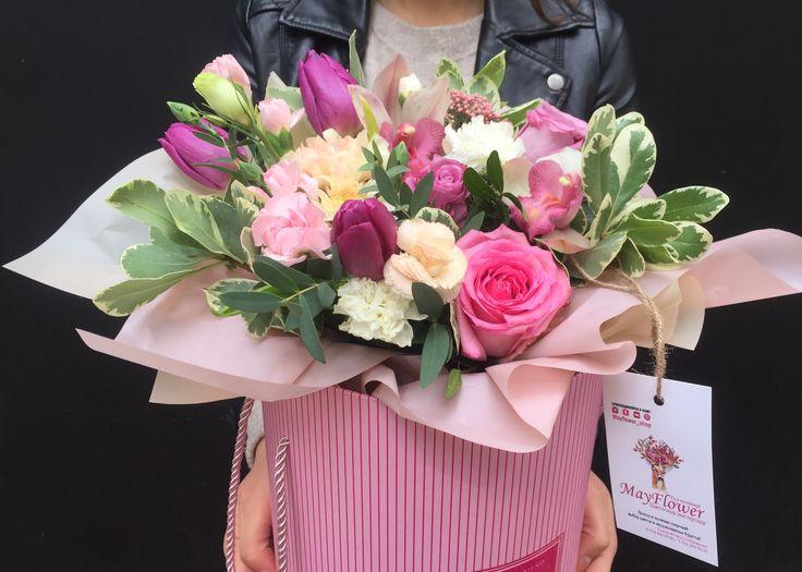 Коробочка с цветами. Фиолетовые тюльпаны, розовые розы, персиковая гвоздика