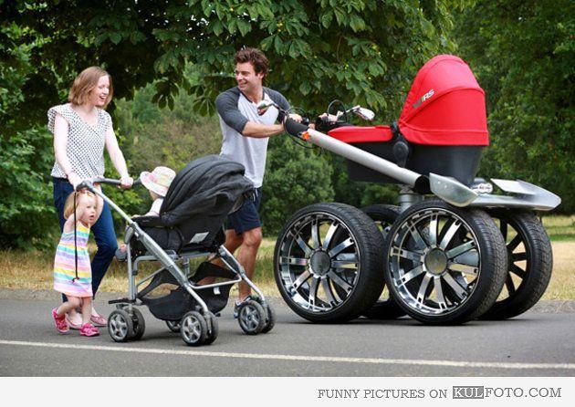 Mit diesem Kinderwagen mit grossen Autoreifen und Aluminiumfelgen fühlt sich Papi doch gleich viel männlicher beim Spazieren gehen. Ob wir den ins Sortiment aufnehmen sollen?