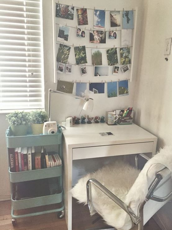 Hanging pictures is an easy way to decorate your dorm room for Chica azul dormitorio deco