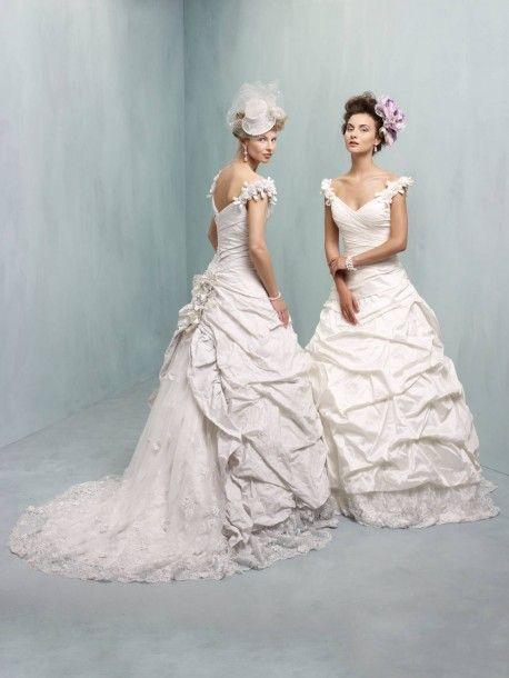 Cu modele dramatice, Colectia de Rochii de mireasa 2013 Ian Stuart a uimit audienta, modelele sale au purtat rochii de mireasa din dantelă si matase, de lungime medie inspiratie a anilor '50.