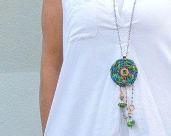 Gypsy-Schmuck, Charm Halskette, Fringe Halskette, einzigartige Halskette, Halskette, lange Perlenkette, Boho-Style, Geschenk für Frauen, OOAK  Dieses auffällige Schmuckstück ist eine fantastische einzigartige Halskette, aus dem die Reifen mit bunt bedruckten Stoff bedeckt. Oben auf dem Kreis hängen viele kleine bunte Überraschungen Reize :) Wenn Sie die Boho/Hippie/Festival Trend und Stil - dieser Anhänger Halskette wäre perfekt für Sie!  Merkmale: ★ Gemacht von: Baumwoll-Stoff, Per...