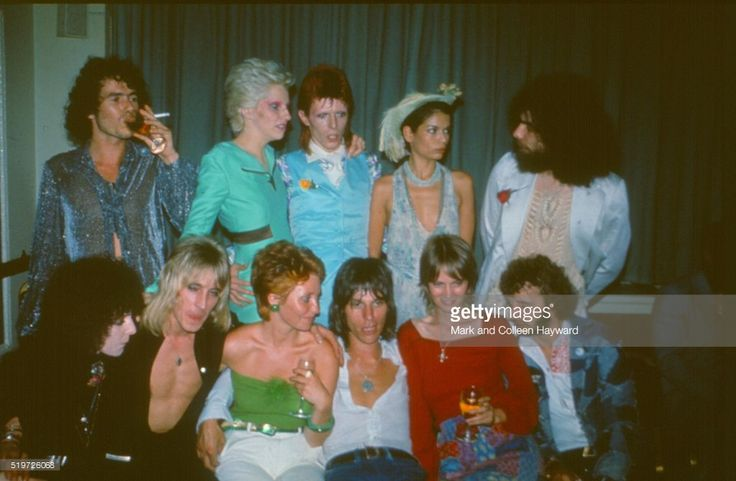 Festa seguinte concerto retirment Ziggy Stardust de David Bowie, Café Real, Londres, 04 de julho de 1973. LR (back) desconhecida, Angie Bowie, David Bowie, Bianca Jagger, Edgar Broughton, (front) Maureen Starkey, Mick Ronson, Lulu, Jeff Beck, Celia Hammond, Ringo Starr.