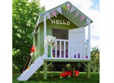 Cette petite maisonnette aux belles couleurs et en bois naturel, sur pilotis, est un terrain de jeux idéale pour vos bambins!