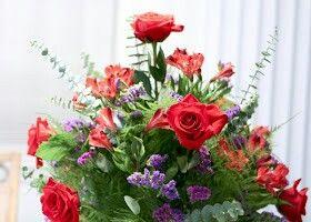 Een prachtig arrangement in een gewaagde kleuren combinatie! #statice #staticespecialist #rood #paars #lila #boeket  #eucalyptus #asparagus #snijgroen  http://vwgarden.blogspot.nl/2012/01/red-violet-flowers-for-january.html?m=1