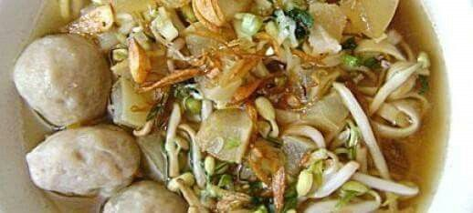 RESEP MIE KOCOK LEZAT  Bahan-bahan yang digunakan untuk membuat mie kocok YEN:  - Mie lebar   - Tauge (buang akarnya lalu rebus sebentar)     Bahan-bahan yang dibutuhkan untuk membuat kuah mie kocok:  - 100 gram lengkuas (memarkan)  - 50 gram jahe (memarkan)  - 10 siung bawang putih (memarkan)  - 10 lembar daun salam  - 4 batang daun bawang & seledri  - 3 batang serai (memarkan)  - 5 liter air  - 4 buah tomat (potong menjadi 4 bagian)  - 2 batang wortel & lobak (potong-potong)  - 2 sendok…