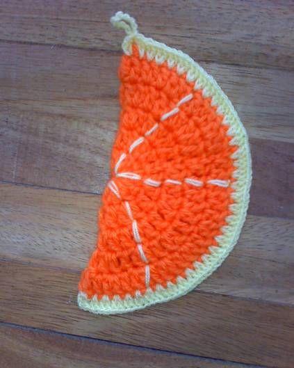 ¿Te gusta tejer a crochet? Pues entonces, no dejes de hacer estas bonitas agarraderas con forma de frutas que comparte Patty Hübner. No sólo evitarán que te quemes; sino que darán además, una nota de alegría y color a la decoración de tu cocina. :)