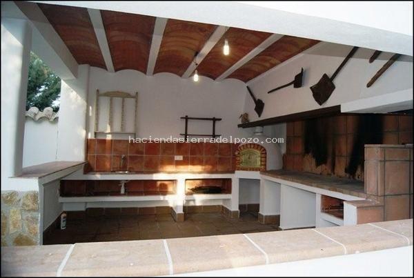 De obra semicerrada y piedra barbacoas cocinas y for Cocinas rusticas para exteriores