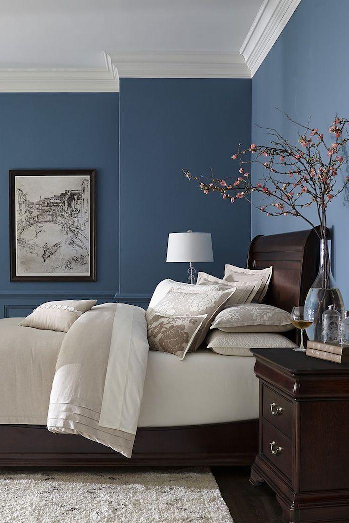 Grosse Blaue Wande Und Ein Bett Mit Weissen Kissen Und Einer Weissen