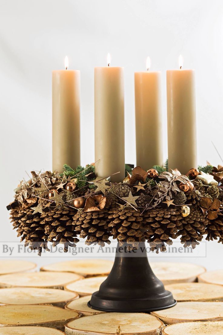 kerst-stuk met dennenappels, takken, kaarsen en kerstballen