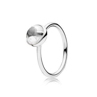 En funklende buff top-sleben sten skaber en fascinerende visuel effekt på denne stilfulde, håndforarbejdede ring i sterlingsølv. Stenen ligner en vanddråbe, og de glitrende facetter giver ringen en spændende dimension.