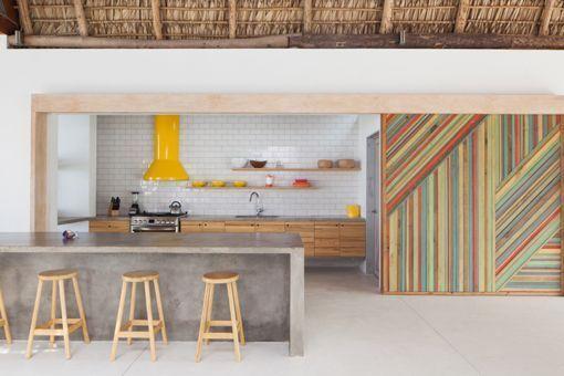Casa de playa en un rancho de diseño: cocina con isla