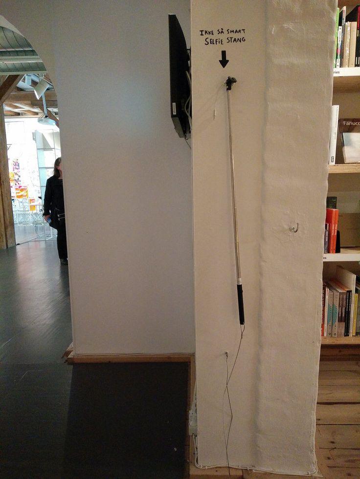 Her er det godt at tage en selfie - og vi låner dig stangen :-) (set på DAC i København)