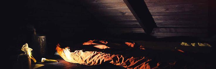 De zon zakt langzaam naar de horizon en het verlaten meer kleurt langzaam oranje. Af en toe springt een vis op uit het Zweedse meer vlakbij Kloten. Daar word ik nou blij van. Stilte, rust en dat allemaal door één te zijn met de natuur. Door alleen datgene mee te nemen wat je echt nodig […] | Photography Albert van de Maat