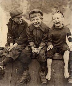 Deze foto is getrokken in 1945 en we zien 3 jongens lachen. Ik koos deze omdat zelfs in tijden van oorlog vriendschap belangrijk blijft. In het boek groeit een vriendschap die eerst onmogelijk lijkt uit tot een 'beste vrienden voor altijd' relatie. Bruno, het negen jarig hoofdpersonage, noemde zijn nieuwe vriend zo.