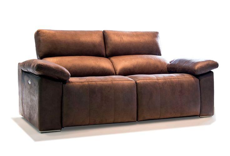 El sofá ALAIN ya es cómodo de por sí, pero además incorpora el sistema relax eléctrico, para que puedas reclinarte cómodamente con solo apretar un botón. Añádele el arcón para mantas en los brazos, luz de lectura led o incluso cargador USB para tener un sofá completísimo. Elige el tapizado en piel o tela, y las patas en metal o madera. Info@soffing.com