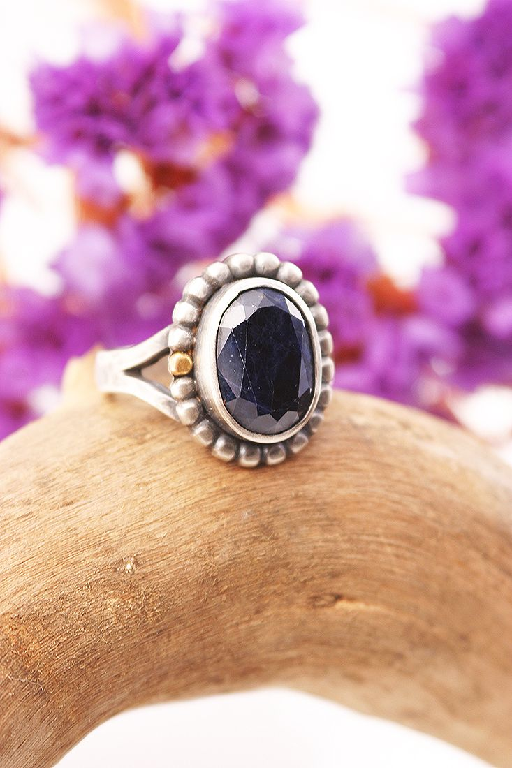 India Sapphire ring in sterling silver with 22k gold detail. Foto Pablo Rivera, Chile.