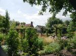 De tuin is gelegen achter de voormalige brugwachterswoning aan de Urkervaart. Wat eens één groot grasveld was, is omgevormd tot een weelderige bloementuin. De borders hebben zowel rechte lijnen als ronde vormen en worden gescheiden door hagen, gazons en paden.  Een robuuste lange pergola met rozen en clematissen loopt dwars door de tuin. Achter in de tuin ligt een grote vijver en hier bevindt zich ook het tuinhuis met veranda. Ook de kippen hebben hier hun onderkomen gekregen.