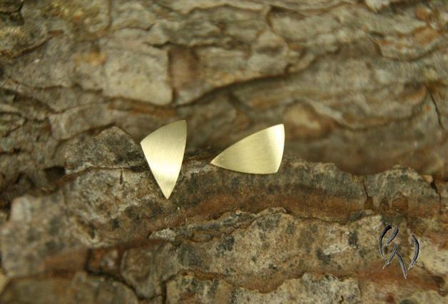 Diese kleine Ohrstecker aus 585/-er Gold sind ideal für jeden Tag. Die Oberfläche ist strichmatt mit einem Glanzrand als Kontrast. Die Verschlüsse sind natürlich im Lieferumfang...