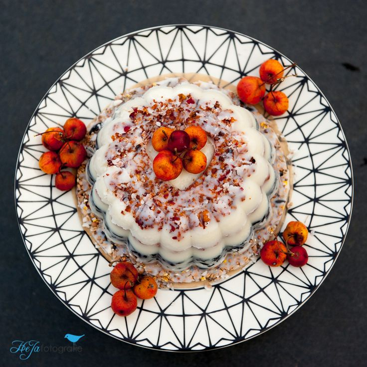 Een heerlijke vogeltaart met zaden en frituurvet, versierd met Malus-appeltjes.