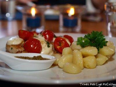 Ostegratinert kyllingfilet med cherrytomater og pesto