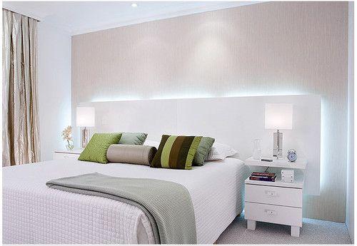 Neutro e minimalista, este quarto de casal permite brincar com as cores nos objetos e jogos de cama.