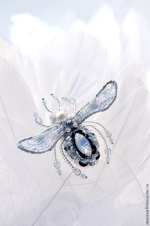 Купить Брошь - серебристо голубая пчелка - голубой, брошь пчела, миниатюрная брошь, украшение насекомые