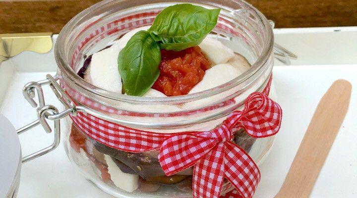 Insalata alla parmigiana di melanzane (non fritte): facile, veloce e sano. Perfetta per il pranzo in ufficio, cestino da picnic e come aperitivo per cene con tanti amici. #insalata #parmigiana #ricetta