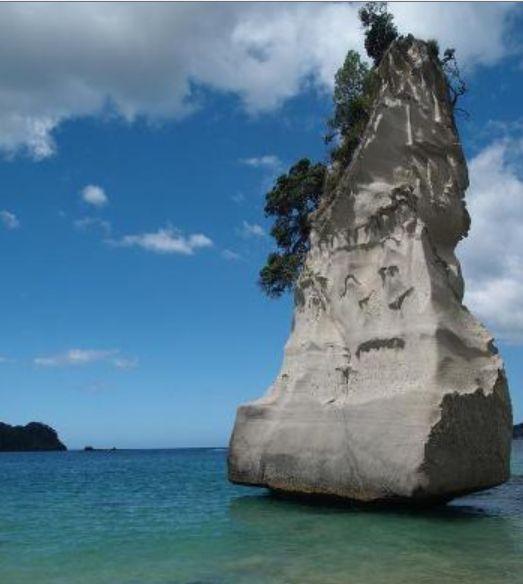 """Yeni Zelanda'daki """"Katedral Koyu"""" adındaki kireç taşı okyanusun ucunda yükseliyor"""