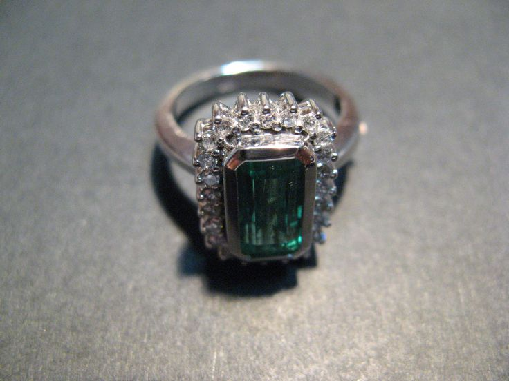 #Anillo #OroBlanco18K #Diamantes #Esmeralda