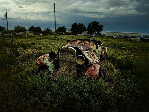 朽ちた自動車。哀愁ただよう画像
