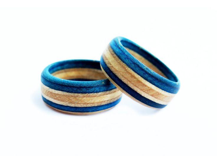 SKATE WOOD RING - BLUE GOLD PRSTENY VYROBENÉ ZE STARÝCH SKATE DESEK   Prsteny vyrobené ze starých skate desek je jedním z nejhezčích využití zlámaných skatů .  Vyrábíme několik základních variant ale po emailové dohodě je možno nechat si vyrobit prsten z vlastní desky a z volitelným průměrem.