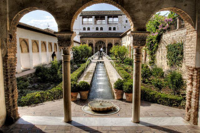 世界遺産 アルハンブラ宮殿の庭 グラナダのアルハンブラ、ヘネラリーフェ、アルバイシン地区の絶景写真画像  スペイン