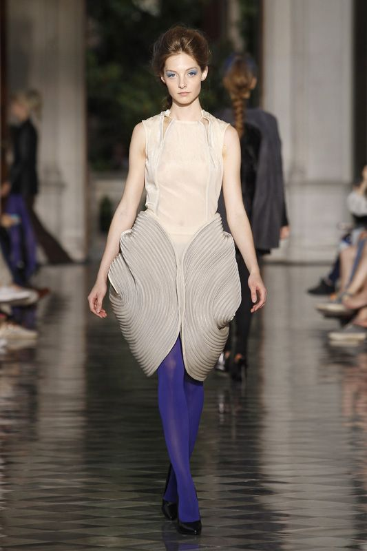 Sculptural Fashion - dress design with elegant curves & 3D curling structure combining both simplicity & complexity // Luisa Josephine for Steffie Christiaens