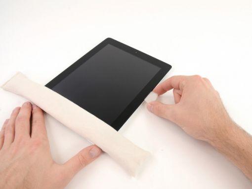 Schritt 9 -       Bewegen Sie das Plektrum nach unten entlang des Randes des iPad, und wehrend des gleitens wird der Klebstoff freigegeben.      Wenn die Spitze des Plektrum unter der Frontscheibe sichtbar ist, ziehen Sie es etwas heraus. Wenn das Plektrum so tief eingedrückt ist, wird es nichts beschädigen, aber es kann den LCD mit den Resten des Klebers abdecken.