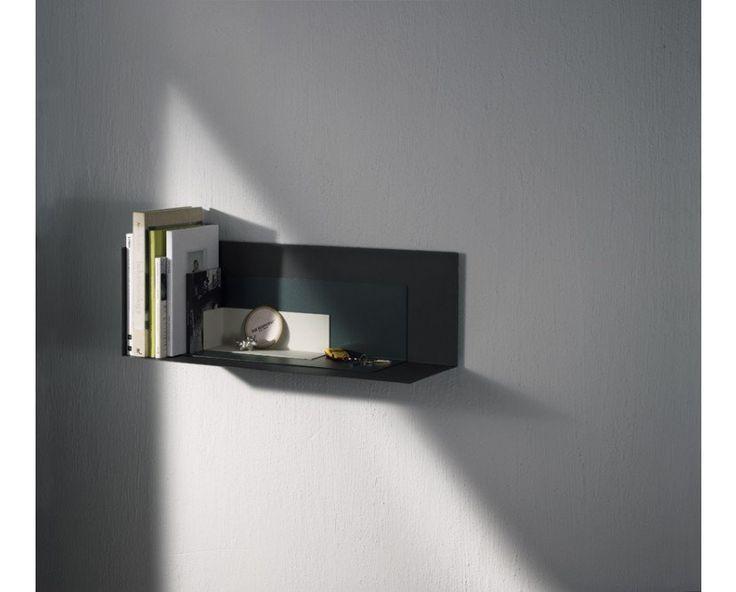 Das Corner Regal des Designers Kyuhyung Cho zeichnet sich durch eine besonders klare Form aus. Das Regal ist L- förmig gestaltet und nur an der linken Seite geschlossen. Corner ist in mehreren Farben und Größen erhältlich, die wunderbar miteinander kombiniert werden können. Außerdem können die kleineren Ausführungen als Buchstützen bei dem großen Regal dienen.