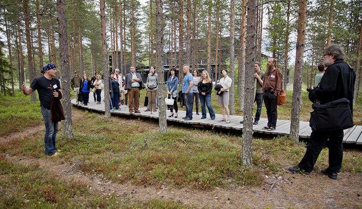 Kivikauden kylästä lähtevä ansapolku kiinnosti konferenssin osallistujia.  Oulu (Finland)