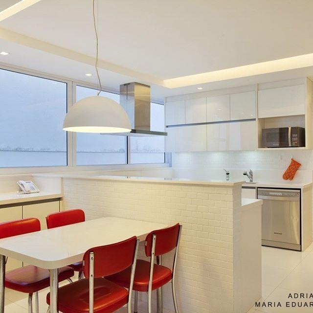 O grande destaque dessa cozinha branca e super clean são as cadeiras vermelhas em estilo retrô. Armários @kitchens_brasil. #projetosadalagomide