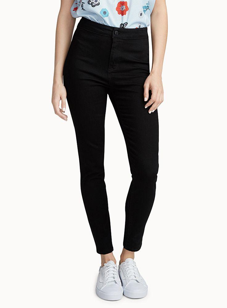 - Un indispensable dans ta garde-robe pour varier ton look au gré des journées - Denim stretch confo - Coupe 5 poches Le mannequin porte la taille 3